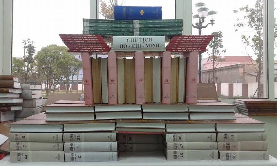 Xếp sách thành hình tượng Lăng Bác Hồ. (Ảnh: Thư viện Núi Thành cung cấp)