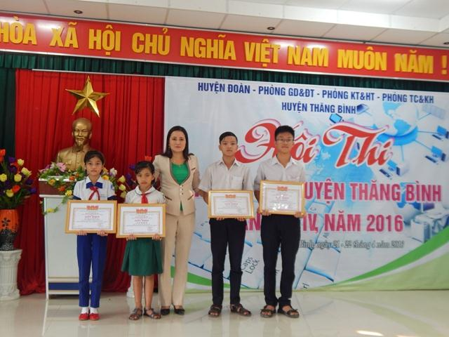 Khen thưởng cho các thí sinh đạt giải