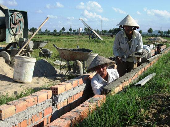 Từ nay đến năm 2020, tỉnh sẽ hỗ trợ đầu tư kiên cố hóa thêm 700km kênh mương các loại. Ảnh: VĂN SỰ