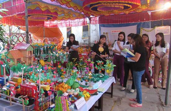 Một góc triển lãm tại hội thi Triển lãm đồ dùng dạy học - cấp học giáo dục mầm non 2016 huyện Thăng Bình. Ảnh: T.S