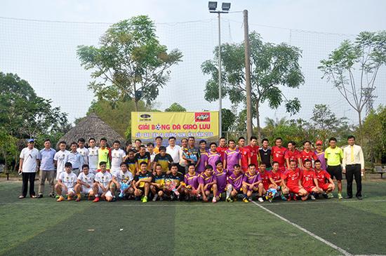 Ban tổ chức và các đội bóng chụp ảnh lưu niệm