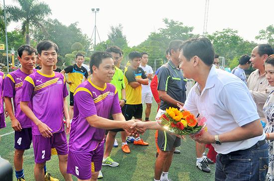 Ông Lê Vinh Quang, Chủ tịch Hội đồng Quản trị kiêm Tổng Giám đốc Công ty CP Vận tải và Dịch vụ Phú Hoàng tặng hoa động viên các đội bóng trước giờ thi đấu