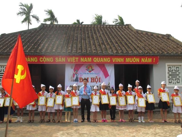 Khen thưởng cho các em đội viên xuất sắc tại Đại hội Cháu ngoan Bác Hồ. Ảnh: MỸ LINH