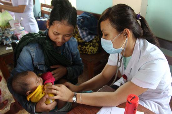 Bác sĩ trong đoàn tình nguyện khám bệnh cho trẻ em xã Trà Ka, huyện Bắc Trà My. Ảnh: T.L.L