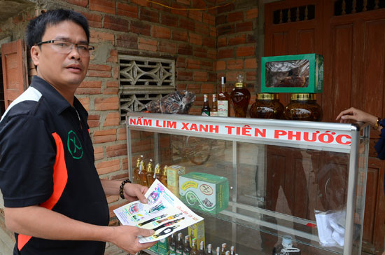 Quầy bán các sản phẩm nấm và rượu sản xuất, chế biến từ các loại cây dược liệu của cơ sở ông Lực tại xã Tam Dân (Phú Ninh).Ảnh: T.H