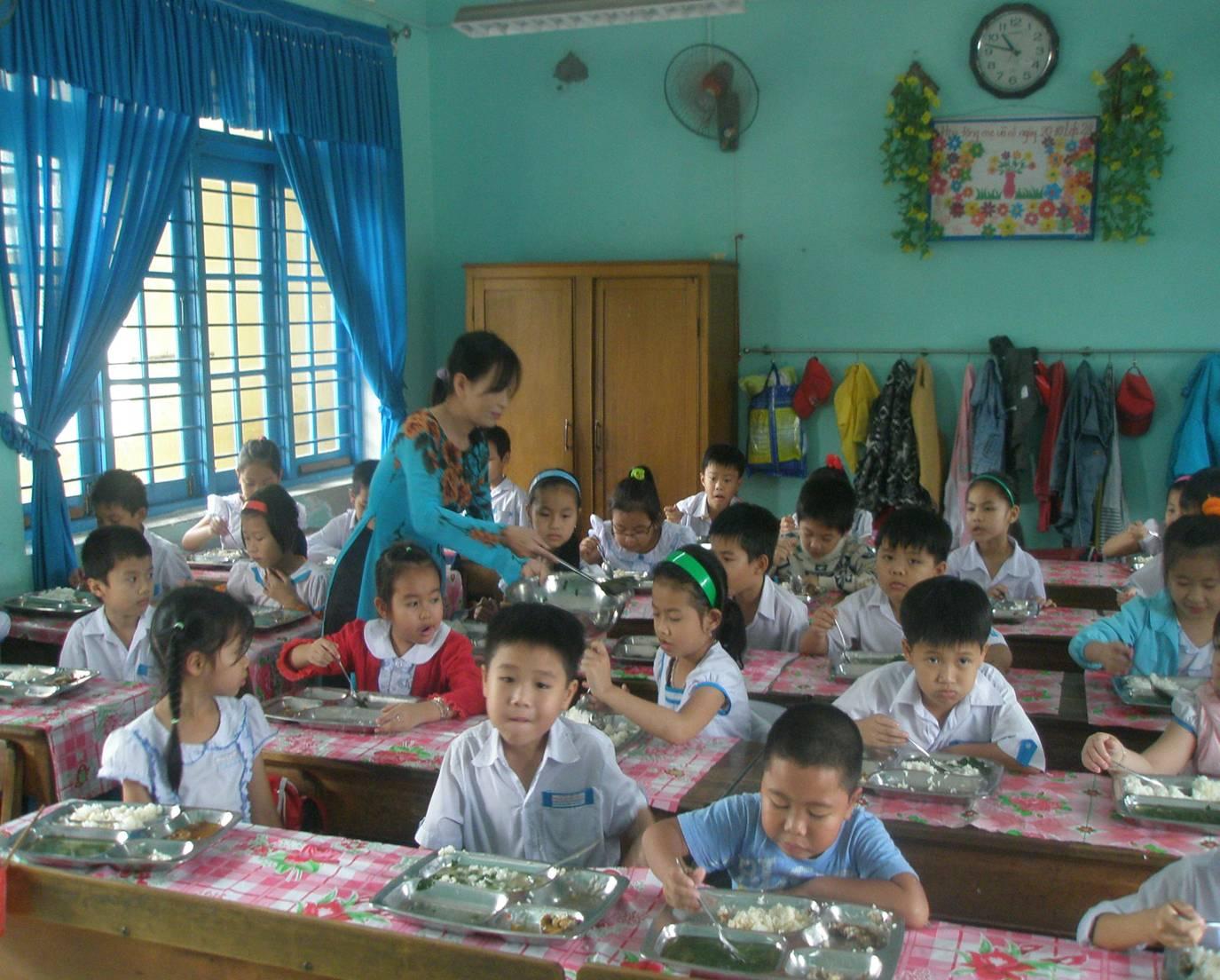 Bữa ăn của học sinh bán trú Trường Tiểu học Trần Quốc Toản.