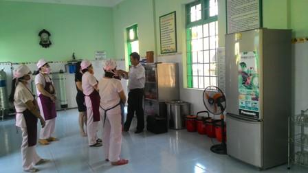 Sở Y tế kiểm tra bếp ăn bán trú Trường Mẫu giáo Hương Sen.