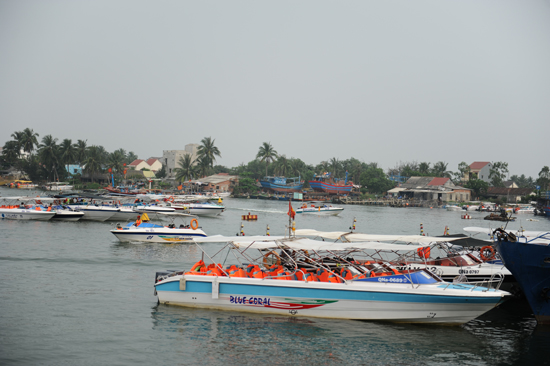 Thông tin biển Cù Lao Chàm nhiễm độc, khách hủy tour ngày 29.4, khiếng trên 100 ca nô cao tốc chuyên đưa khách ra đảo nằm bờ . Ảnh: MINH HẢI