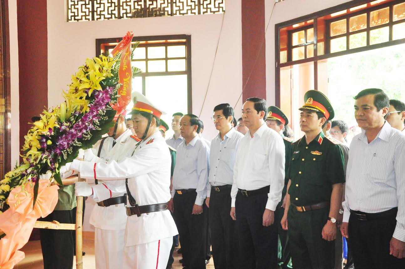 President Trần Đại Quang pays homage to late President Hồ Chí Minh and martyrs at the Nước Oa national historical and cultural relic site in Bắc Trà My district, and visited the commemorative house of the late acting President Huỳnh Thúc Kháng