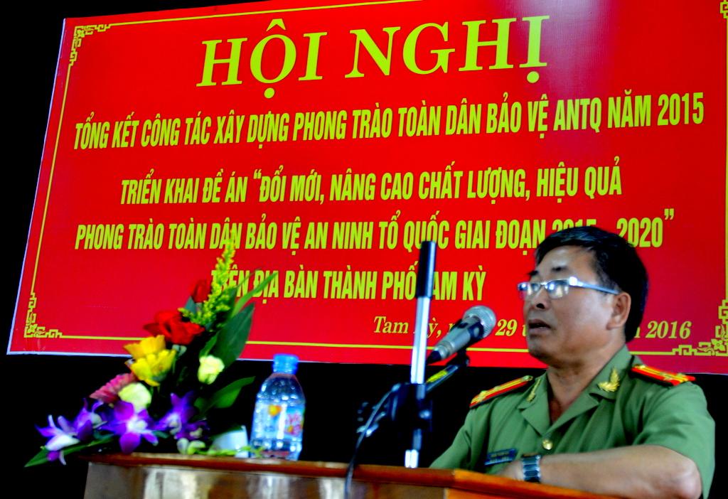 Thượng tá Đoàn Thanh Hoà - Phó trưởng Phòng Xây dựng phong trào toàn dân BVANTQ Công an tỉnh cho rằng cần cảnh giác tội phạm về KT - CV - MT. Ảnh: THỌ - CÔNG