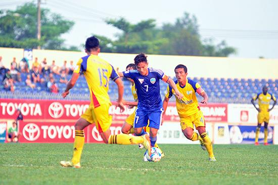 Đinh Thanh Trung (số 7) tỏa sáng đem về chiến thắng thứ 2 từ đầu giải cho QNK Quảng Nam