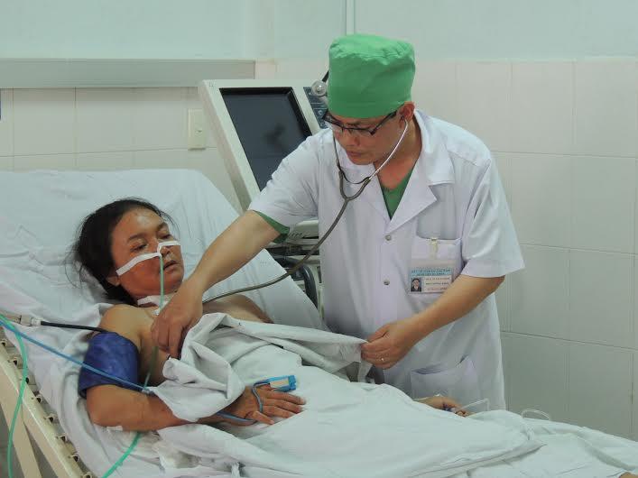 Bệnh nhân Minh được bác sĩ kiểm tra sức khỏe sáng 4.5. Ảnh: N.L.L