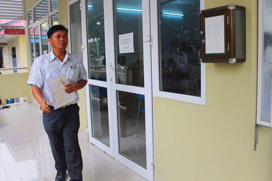"""Tại bộ phận """"một cửa"""" UBND huyện Thăng Bình, dù niêm yết đường dây nóng CCHC của tỉnh, huyện và đặt hòm thư góp ý nhưng rất ít người dân tham gia góp ý. Ảnh: VĂN HÀO"""