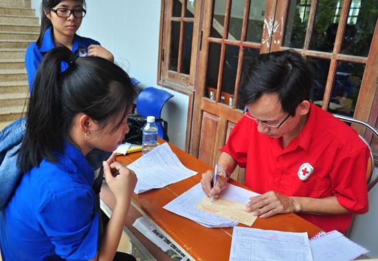 Sinh viên Trường Đại học Quảng Nam đăng ký hiến máu tình nguyện.  Ảnh: VINH ANH