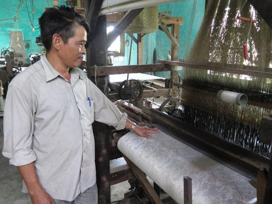 Ông Trần Hữu Phương - Phó Giám đốc HTX Tơ lụa Mã Châu cho biết, HTX đang gặp khó trong tiếp cận nguồn vốn vay. Ảnh: T.Q