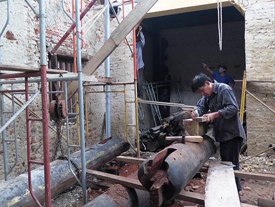 Thợ Kim An tham gia trùng tu di tích tam quan chùa Bà Mụ (Hội An). ảnh: Trịnh Dũng