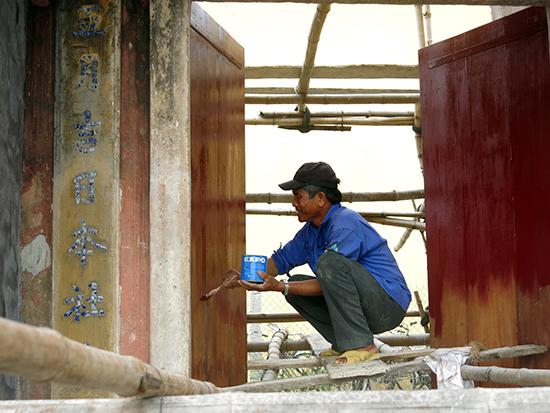 Trùng tu di tích nhà cổ tại Hội An. Ảnh: Xuân Hiền