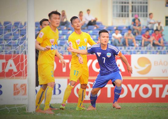 Đinh Thanh Trung luôn bị các cầu thủ FLC Thanh Hóa kèm chặt trong trận QNK Quảng Nam - FLC Thanh Hóa (2-0).