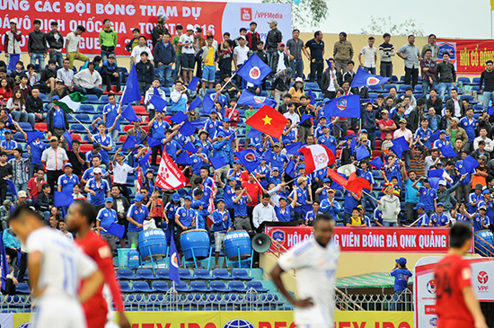 Sân Tam Kỳ được lắp ghế tất cả khán đài nhưng rất tiếc các trận vừa qua của QNK Quảng Nam lại không thành công nên không thu hút được nhiều khán giả.Ảnh: T.VY