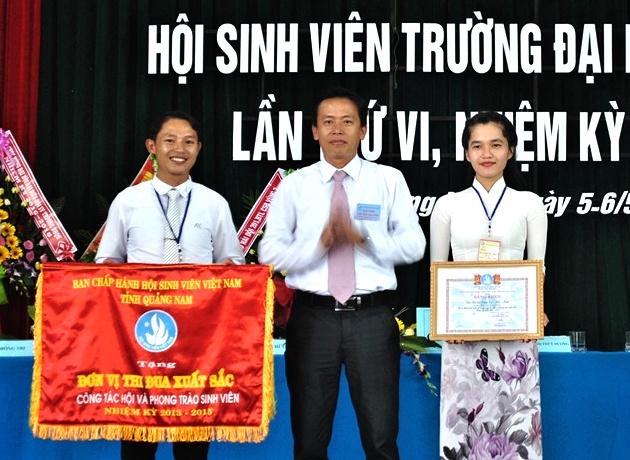 A Đinh Nguyên Vũ - Bí thư Tỉnh đoàn, Chủ tịch Hội SV tỉnh tặng cờ thi đua xuất sắc cho Hội SV Trường Đại học Quảng Nam. Ảnh:.A.Đ