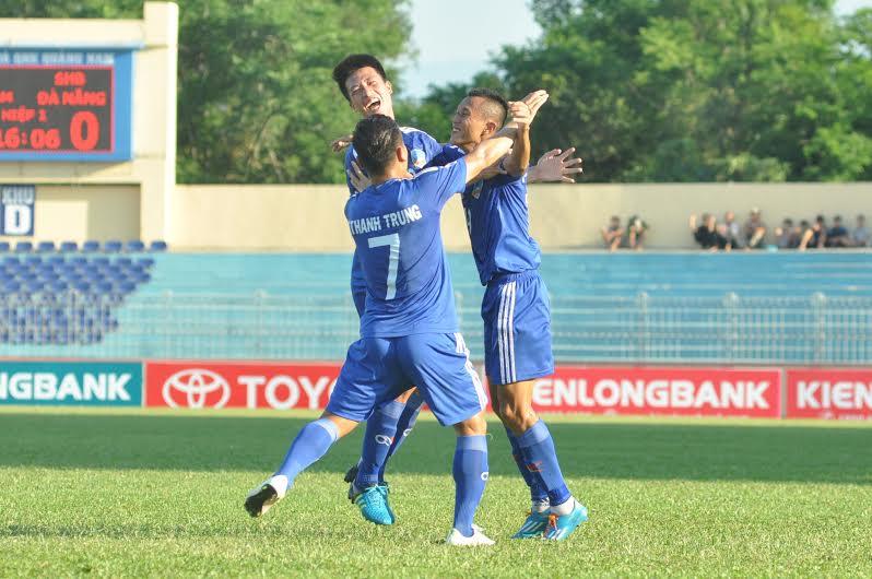 Phan Thanh Hưng được các đồng đội chia vui sau khi mở tỷ số. Ảnh: A.S