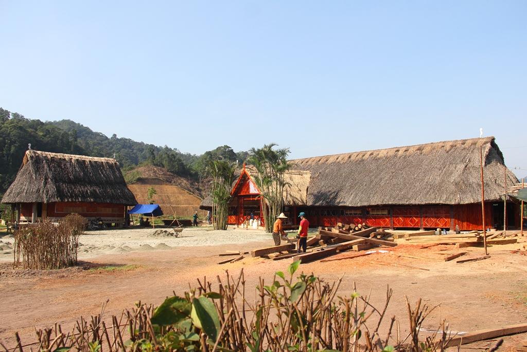 Nhà dài ở làng truyền thống Cơ Tu đã được tu bổ để đón khách trong dịp này.
