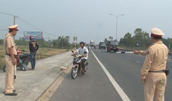 Tuần tra kiểm soát giao thông trên tuyến quốc lộ 1.