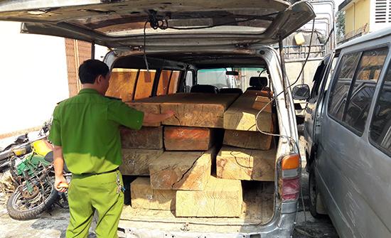 Gỗ lậu trên những chiếc xe hết hạn sử dụng được lâm tặc sử dụng bị Công an huyện Phước Sơn thu giữ. Ảnh: N.D