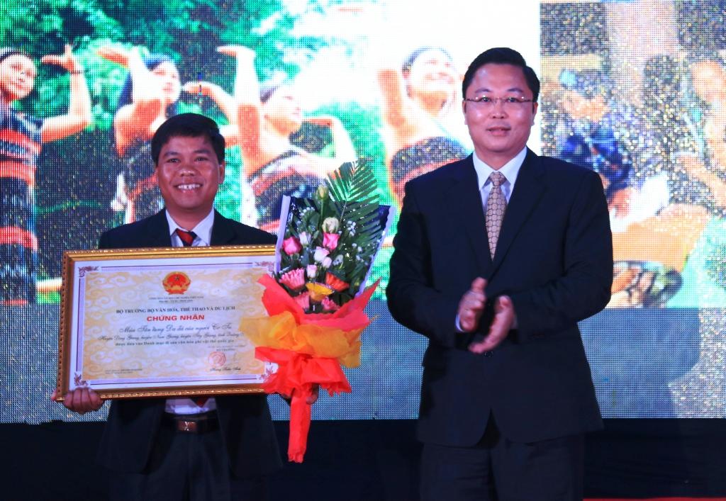 Phó Chủ tịch UBND tỉnh Lê Trí Thanh trao chứng nhận Di sản văn hóa phi vật thể đối với điệu múa tâng tung - da dá, nói lý - hát lý và nghề duyệt thổ cẩm Cơ Tu. Ảnh: C.N