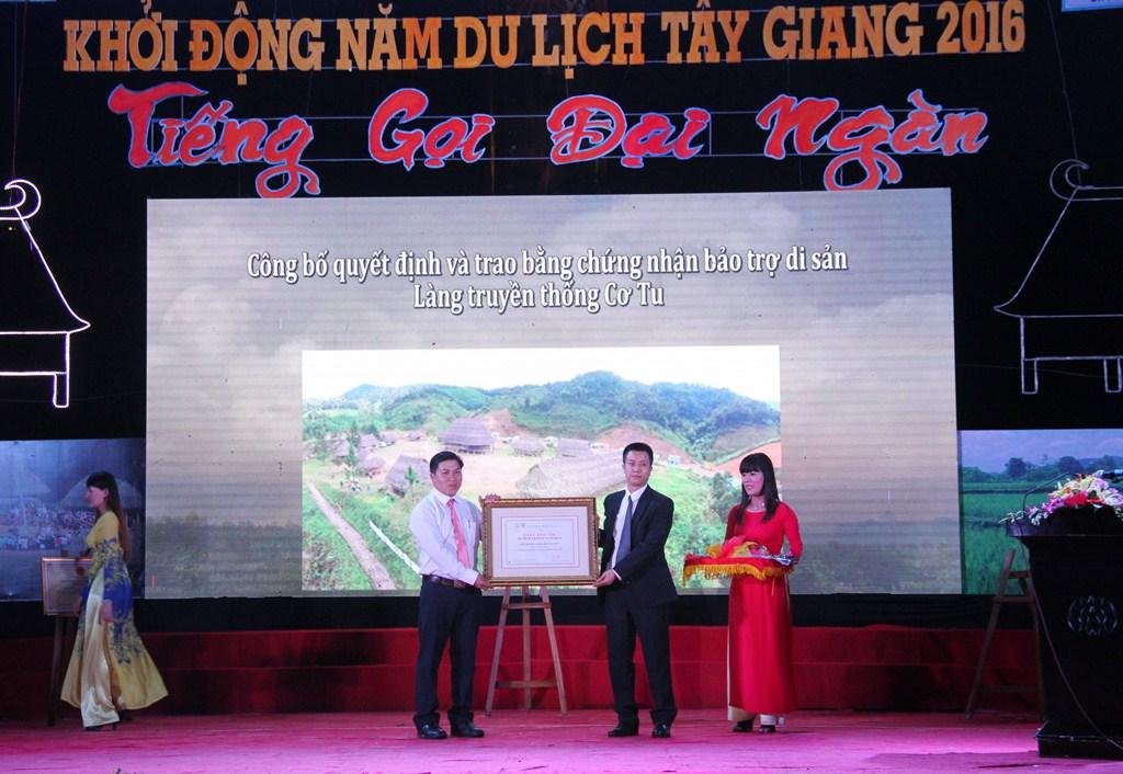 Đại diện Liên hiệp các hội UNESCO Việt Nam trao chứng nhận bảo trợ di sản đối với Làng truyền thống Cơ Tu Tây Giang. Ảnh: C.N
