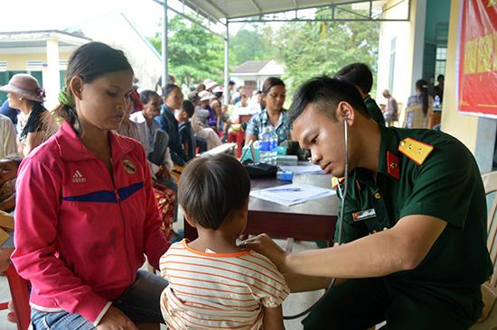 Đội ngũ y, bác sĩ quân đội khám bệnh cho người dân xã Tam Trà. Ảnh: D.L