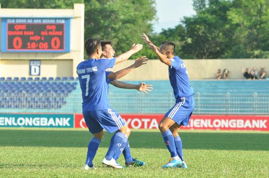 Thanh Hưng (phải) được các đồng đội chia vui sau khi ghi bàn thắng vào lưới đội bóng cũ SHB Đà Nẵng.Ảnh: A.N