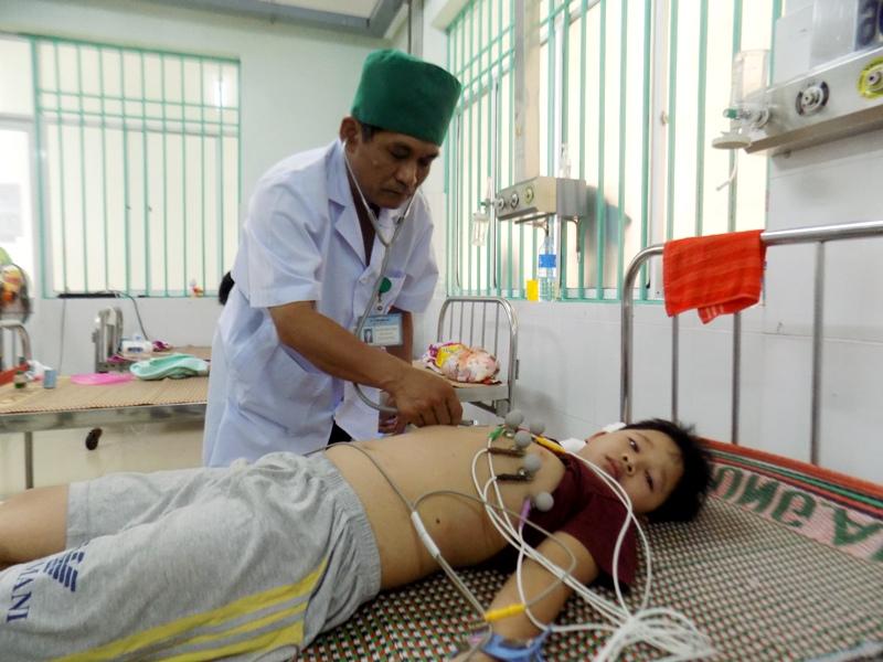 Được cứu chữa kịp thời, cháu Nguyễn Đình Văn đã qua cơn nguy kịch. (ẢNH: ĐẠO VIỆT)