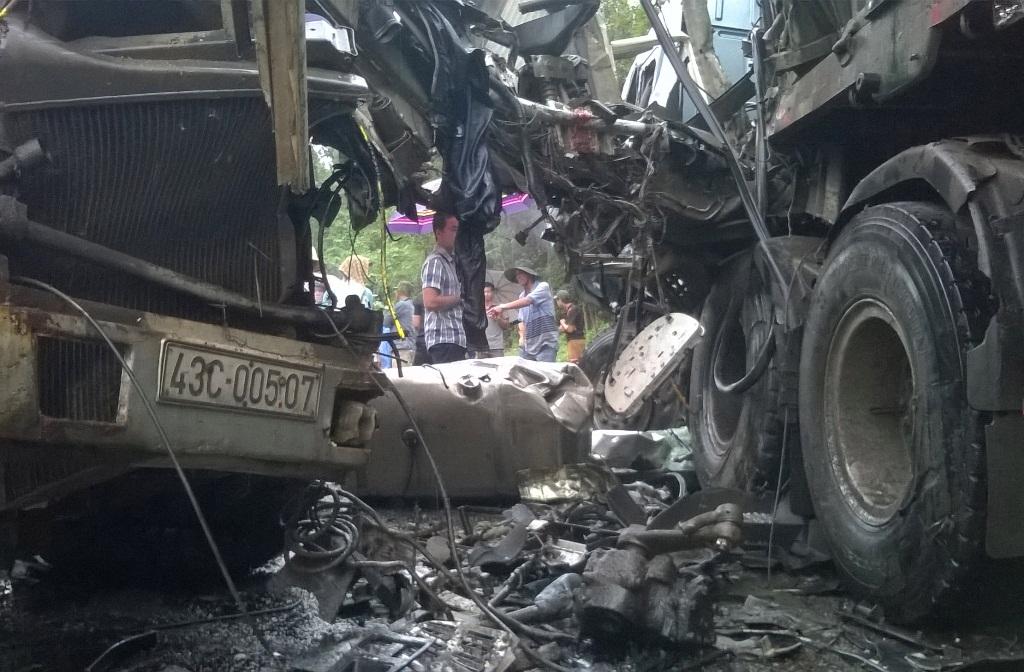 Hai xe bị hư hại nghiêm trọng sau vụ tai nạn. Ảnh: VĂN KHANH