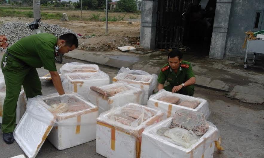 Những thùng nội tạng động vật không rõ nguồn gốc đang trong giai đoạn phân hủy. Ảnh: V.M