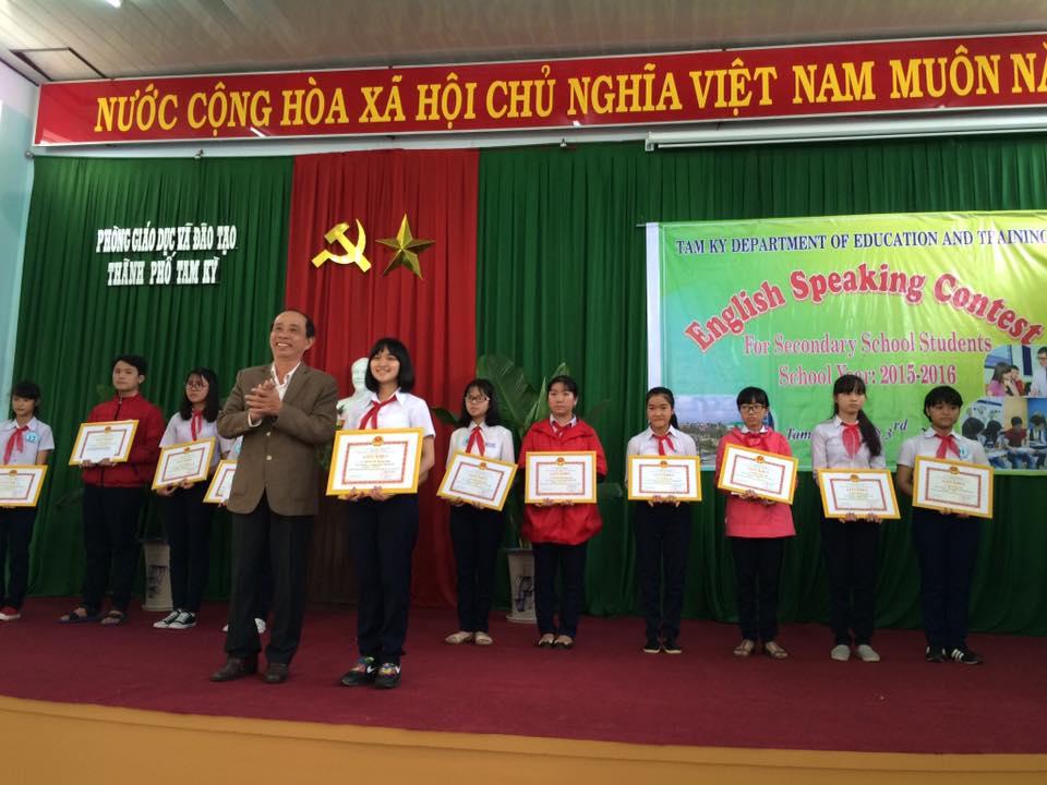Lãnh đạo Phòng GD-ĐT Tam Kỳ trao giải cho các học sinh thi hùng biện tiếng Anh.
