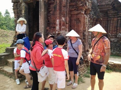 Thành viên của CLB tiếng Anh Trường Tiểu học Trần Quốc Toản giao lưu với khách nước ngoài tại Mỹ Sơn.
