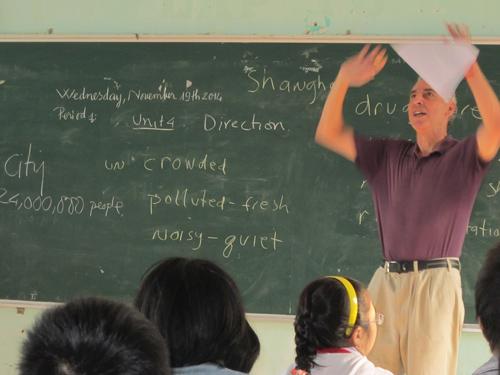 Học sinh Trường THCS Lý Tự Trọng học tiếng Anh với thầy nước ngoài. Ảnh: C.N