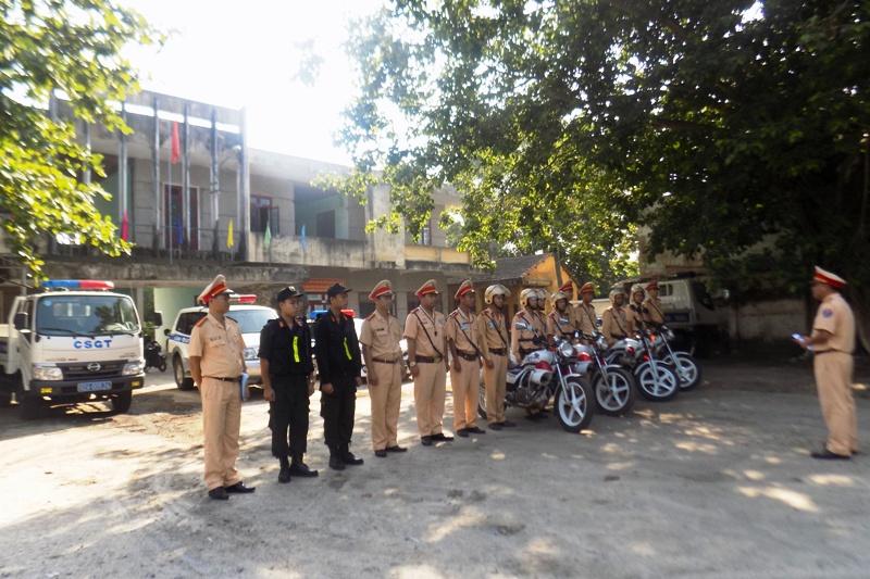 Phòng PC67 và Đội Cảnh sát giao thông và trật tự cơ động Công an huyện Núi Thành ra quân đảm bảo an toàn giao thông trên tuyến quốc lộ 1 đoạn qua thị trấn Núi Thành. Ảnh: Đ.ĐẠO