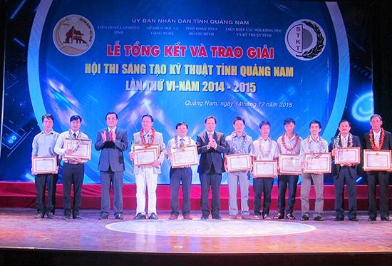 Kỹ sư Trần Thanh Tú (thứ 2 từ trái sang) nhận giải Nhất tại hội thi Sáng tạo kỹ thuật tỉnh Quảng Nam lần thứ VI với đề tài phần mềm giám sát thực hiện nhiệm vụ được giao. Ảnh: T.T