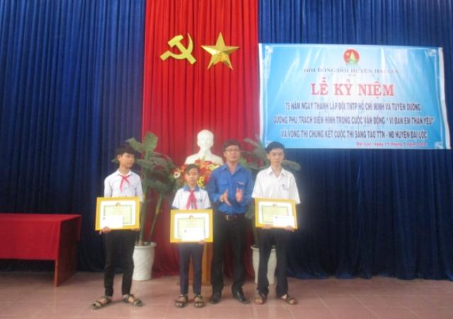 Trao giải cho các em học sinh đạt giải cuộc thi Sáng tạo thanh thiếu niên nhi đồng huyện Đại Lộc. Ảnh: MỸ LINH