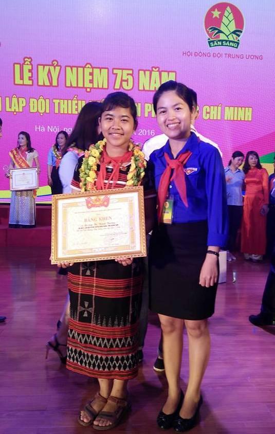Em Zơrâm Thị Thành Thương nhận giải thưởng Kim Đồng. Ảnh: T.N