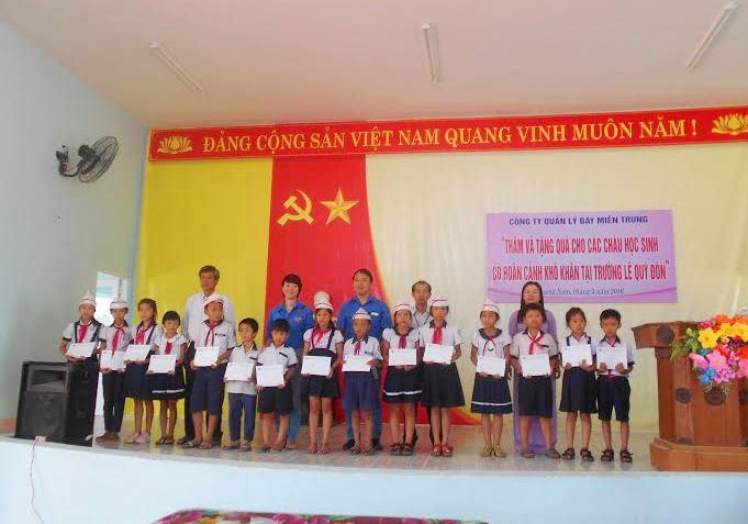 Tặng quà cho học sinh Trường Tiểu học Lê Quý Đôn (xã Tam Hiệp, Núi Thành). Ảnh: H.H