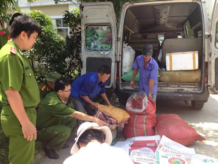 Số thịt heo nái chưa kiểm dịch vận chuyển trên xe ô tô khách BKS 77H-2626.