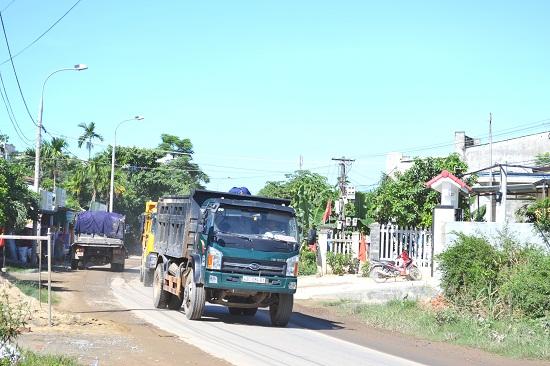 Một tuyến đường địa phương được sử dụng làm đường công vụ thi công dự án cao tốc.