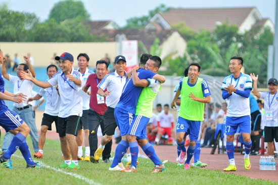 Ban huấn luyện và các cầu thủ QNK Quảng Nam ăn mừng chiến thắng trong trận gặp Becamex Bình Dương.