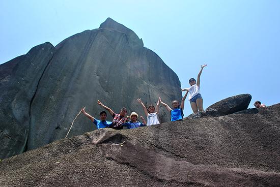 """Khoảnh khắc các """"phượt thủ"""" chinh phục đỉnh núi Đá Bia. Ảnh: ĐÔNG PHƯƠNG"""