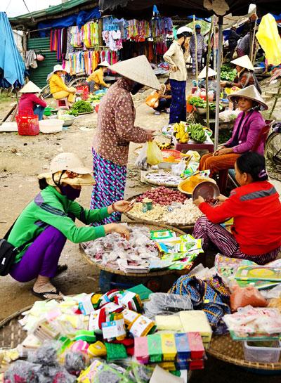 Chợ quê xứ Quảng. Ảnh: PHƯƠNG THẢO