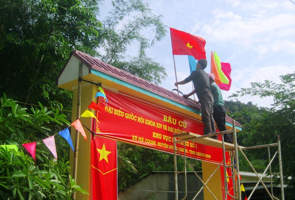 Tuổi trẻ các địa phương Đông Giang cùng xung kích tham gia trang trí tại các cổng chào, điểm bỏ phiếu bầu cử. Ảnh: A.N