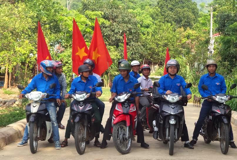 Các đoàn viên thanh niên xã Sông Kôn trong buổi tuyên truyền về bầu cử bằng loa phát thanh lưu động khắp các bản làng. Ảnh: A.N